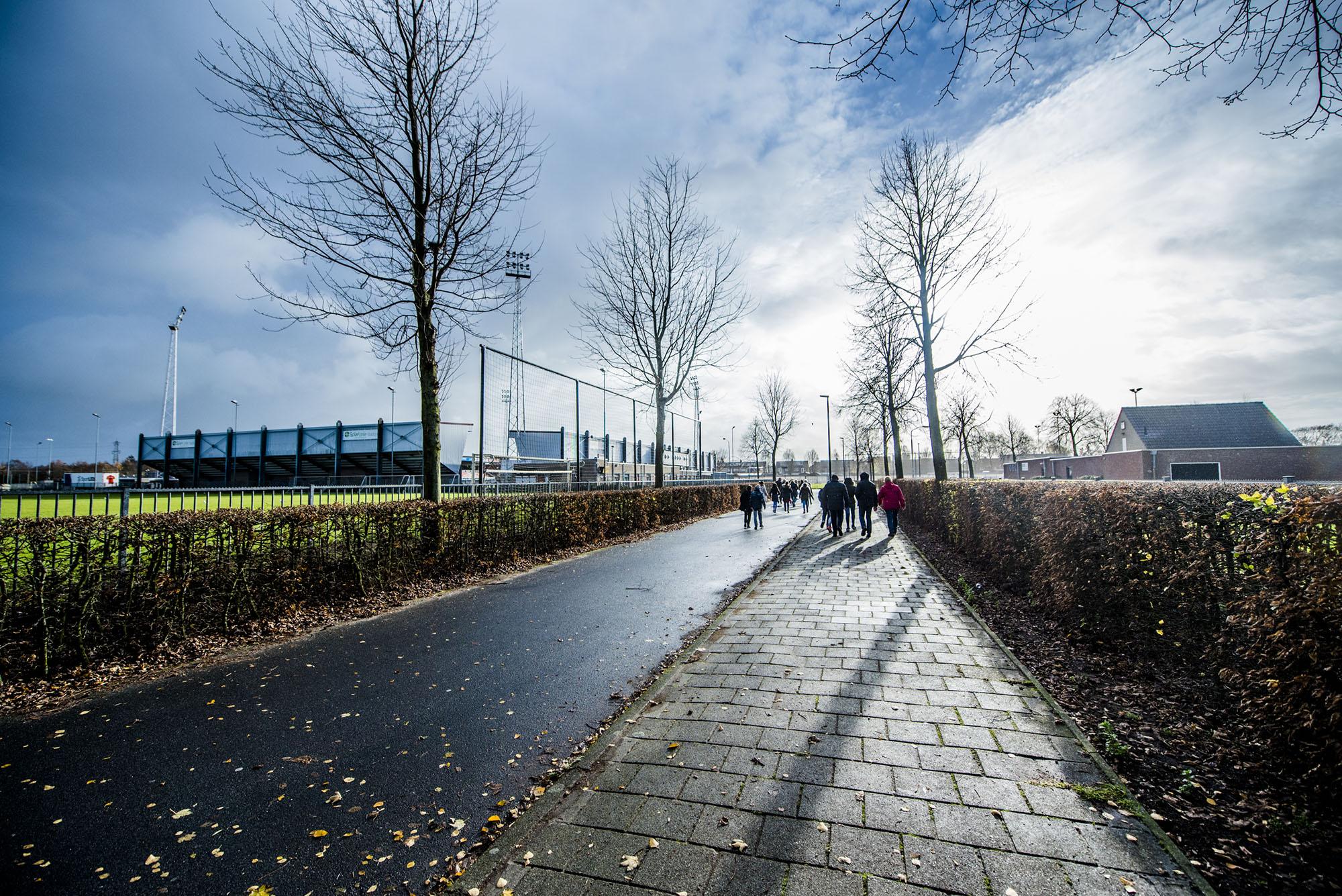 Lopende mensen op het terrein van Campus de Braak.