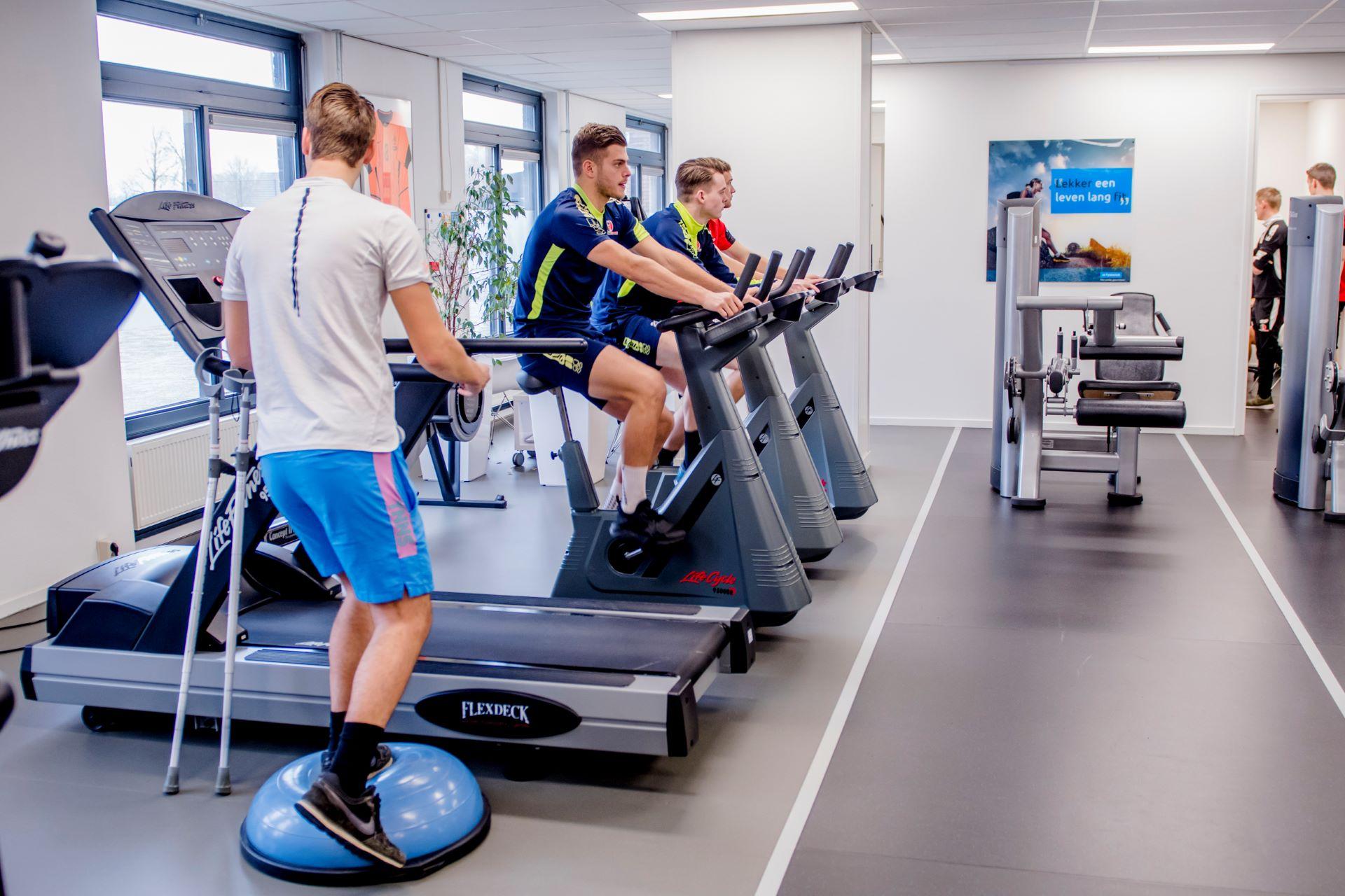 Cliënten op cardio apparatuur bij fysiotherapie Jeurissen & vd Ingh