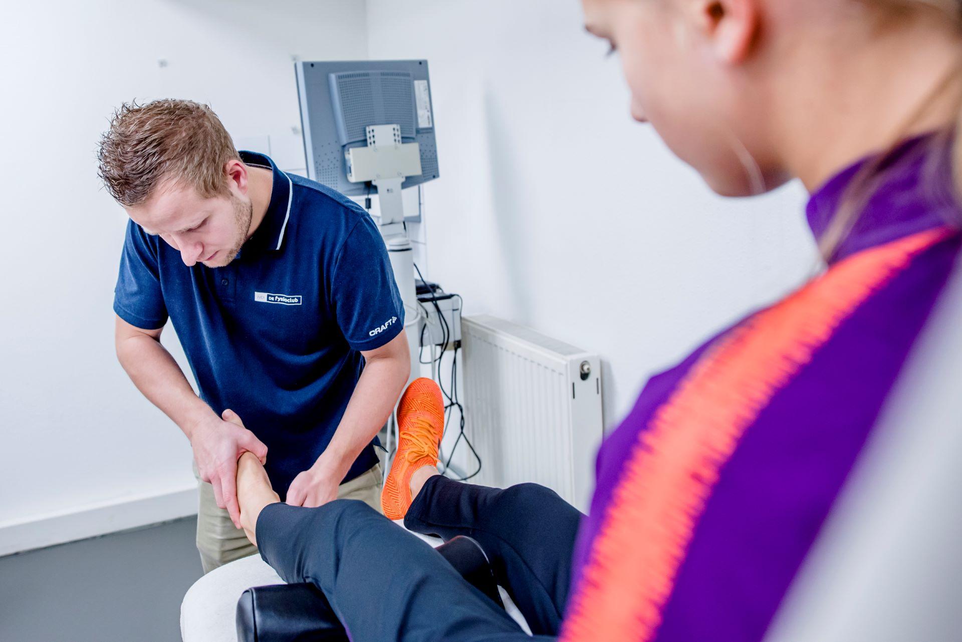 Fysiotherapeut van Jeurissen & vd Ingh behandelt cliënt