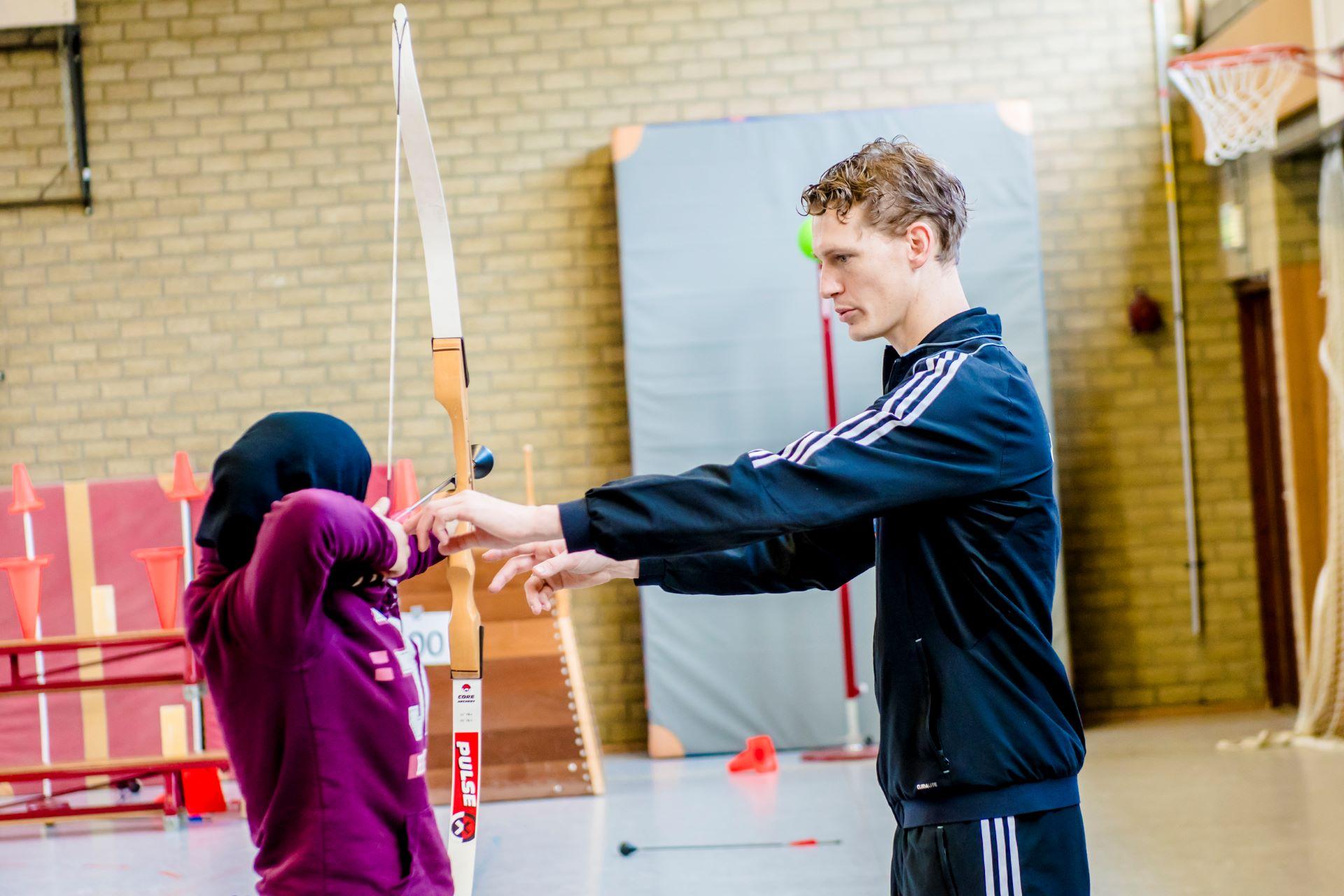 Leerling Praktijkschool Helmond leert boogschieten