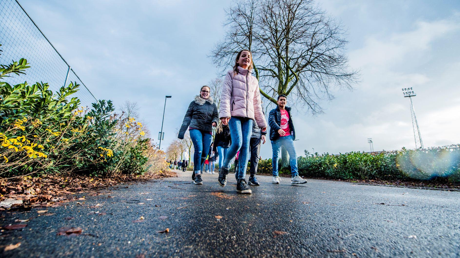 Leerlingen basisschool lopen beweegroute Campus De Braak en JIBB