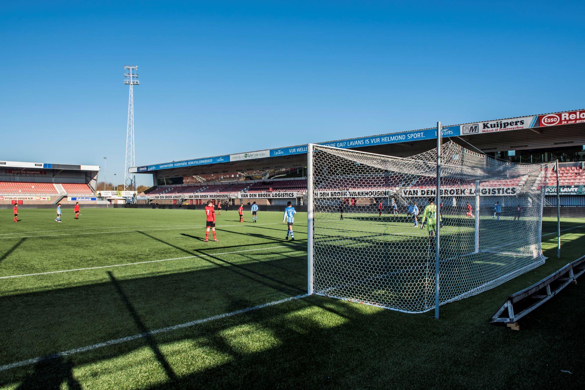 Overzichtsfoto voetbalwedstrijd Helmond Sport JO13 - Eindhoven JO13 in stadion