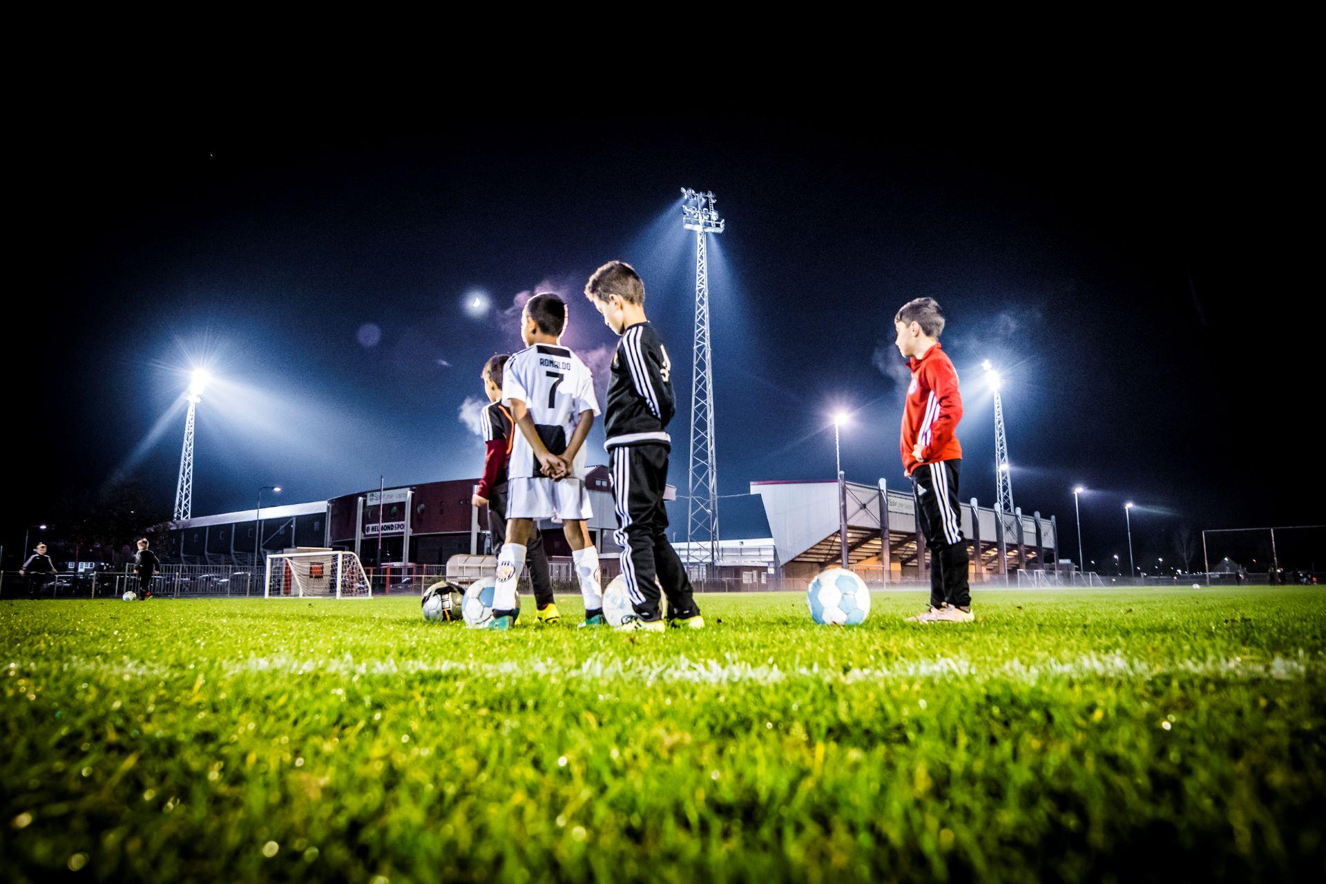 Sfeerbeeld training kinderen voetbalvereniging Helmondia