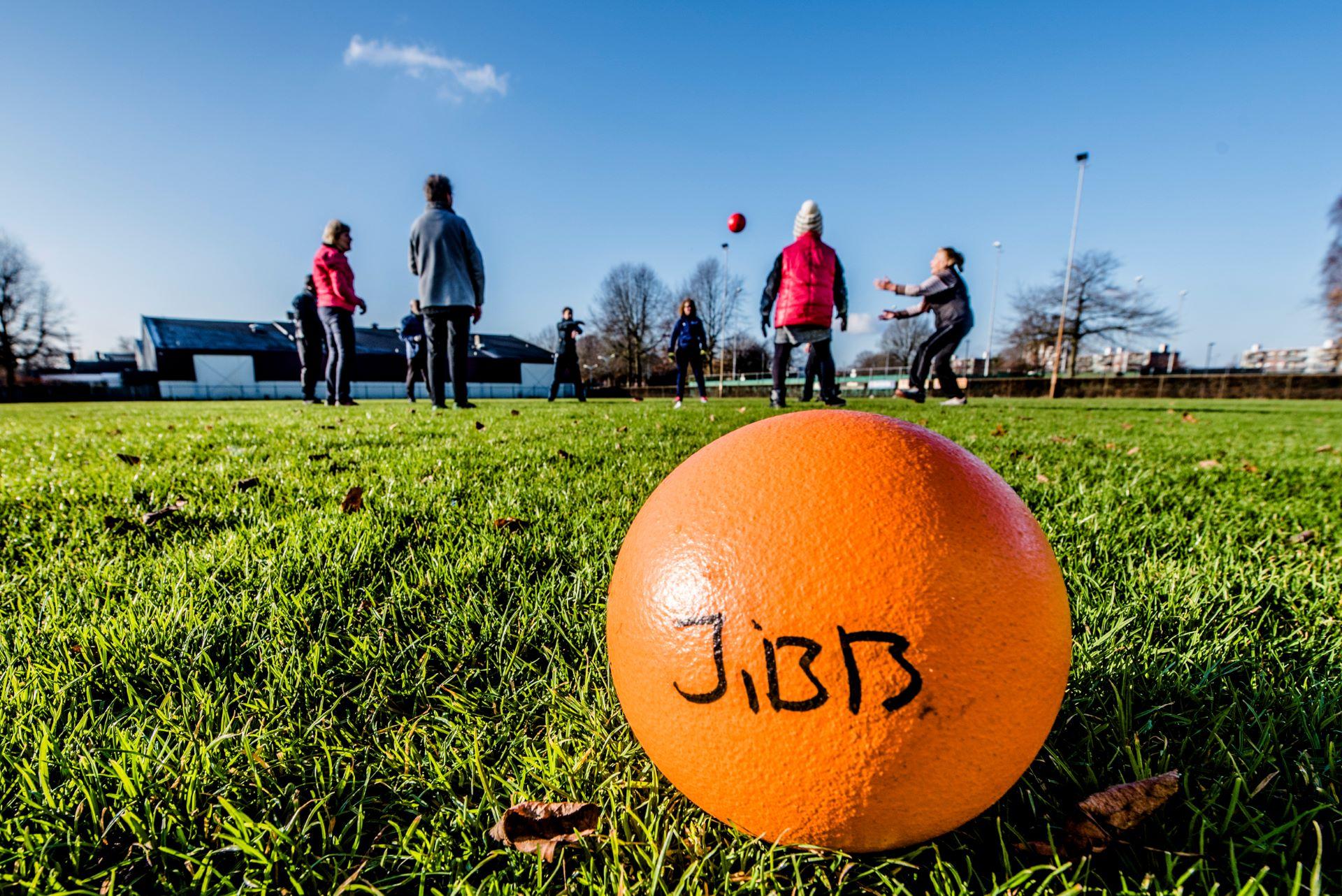 Sfeerfoto sportende senioren tijdens JIBB Golden Sports bij OEC Korfbal