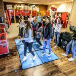 Kinderen spelen interactieve beweeg game met dansmatten