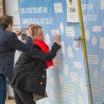 bezoekers schrijven boodschap op bouwhek