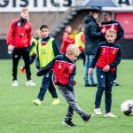 Jeugd voetbalt in Helmond Sport stadion