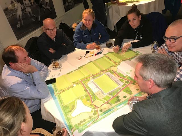 Deelnemers aan bijeenkomst denken samen na over inrichting van de buitenruimte van Campus de Braak