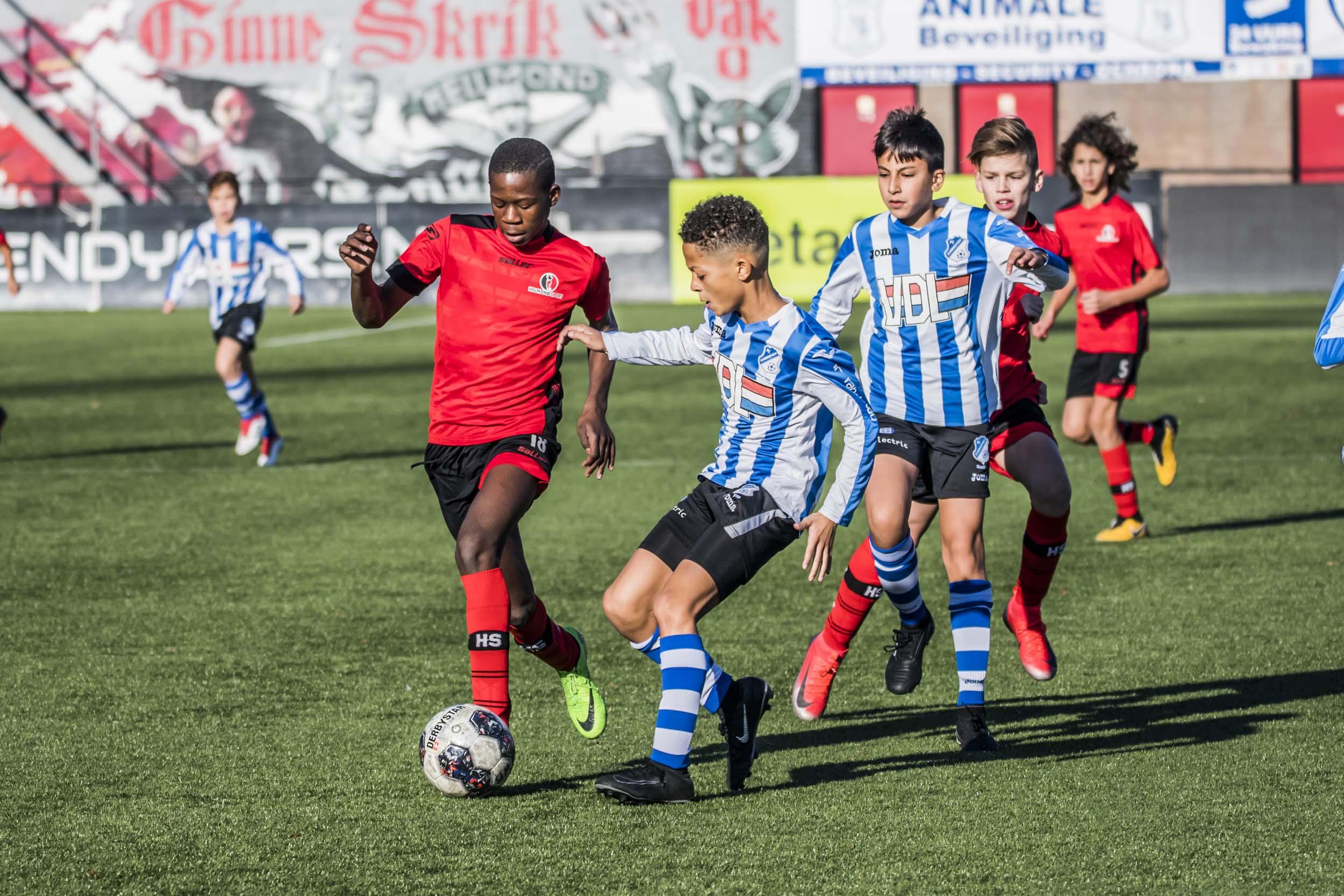 Voetballende jongens