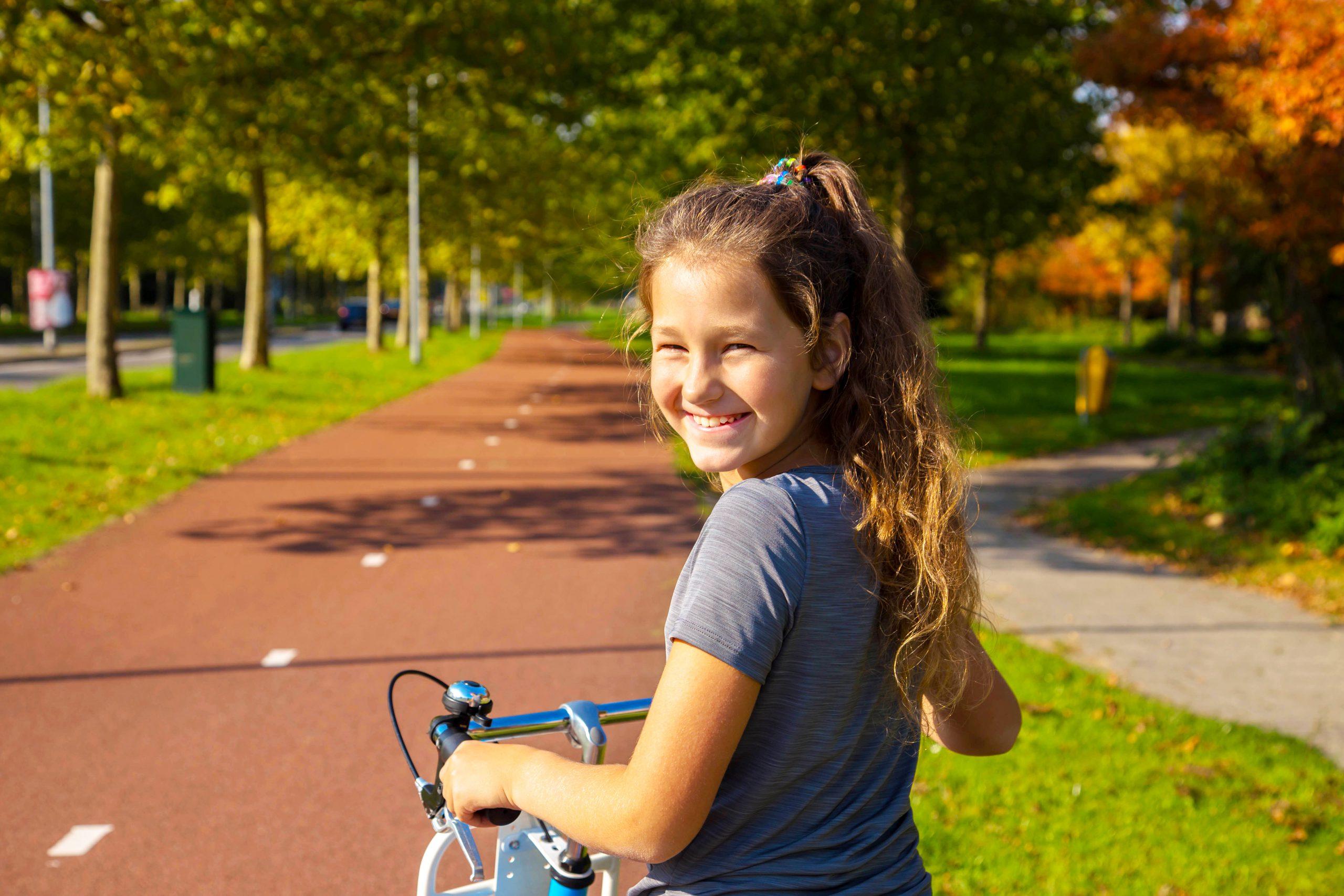 Meisje lachend op haar fiets