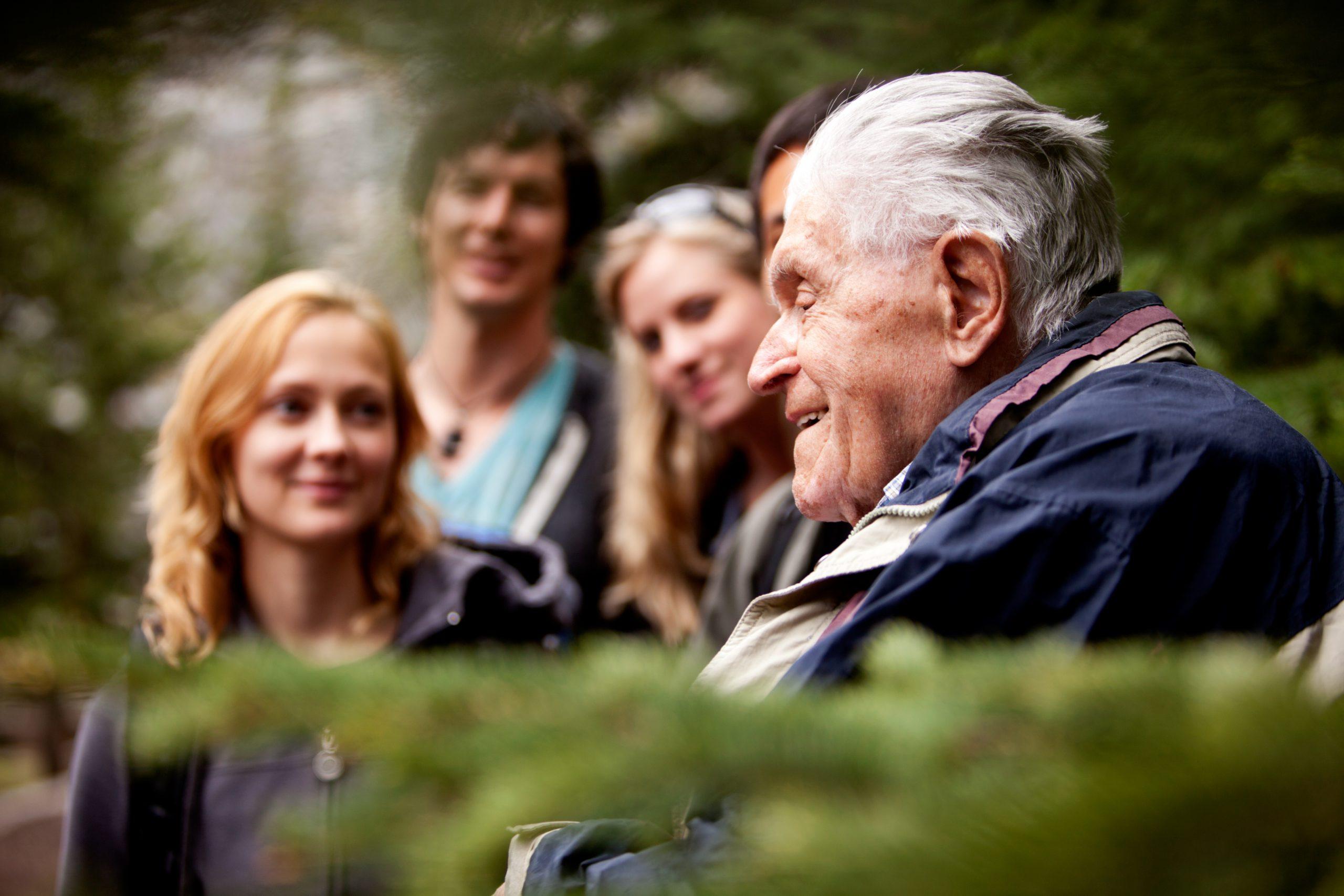 Ouderen in gesprek in een park