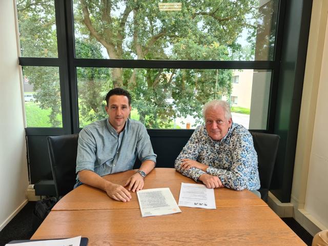 Portetfoto van Harm van Stiphout en Arjen Vos na ondertekening van de fusieovereenkomst voor SV De Braak