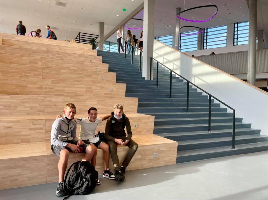De Knip - eerste schooldag - 3 jongens op de trap - 7 september 2021